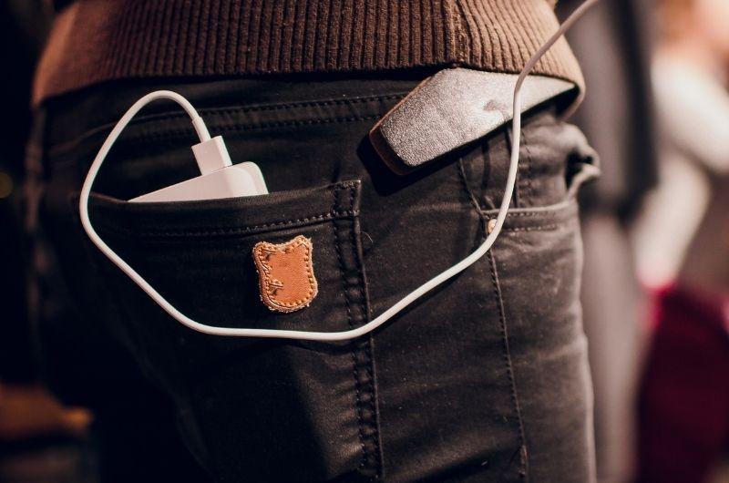 power bank μέσα σε τσέπη παντελονιού