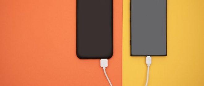 power bank και κινητή συσκευή