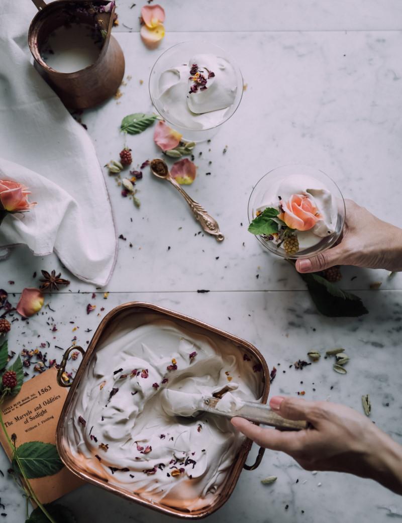 Μαρμάρινος πάγκος ουζίνας με υλικά επάνω